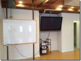 横浜レンタルスタジオのホワイトボード 大型モニター