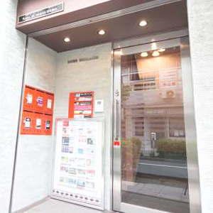 横浜 レンタルスタジオ は バレエ フラ リトミック ヨガ 空手 の レッスンスタジオ が可能な 貸しスタジオ 馬車道 駅1分の ダンススタジオ のエントランス エレベーター前